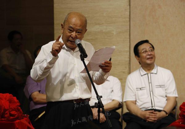 依旧潇洒——王铁成书画展,王铁成在中国美术馆开幕式上讲话。